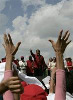 Hugo Chávez ante una multitud en Caracas