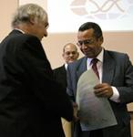 Robert Huber (izquierda) recibe el galardón de Presidente de Honor del Congreso de manos de Luis Herrera.