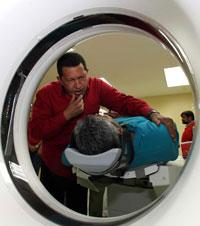 Hugo Chávez conversa con un paciente acostado en una camilla